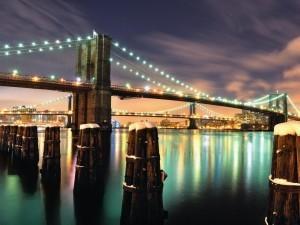 В вечернее и ночное время Бруклинский мост красиво освещается