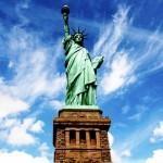 Статуя свободы на фоне голубого неба