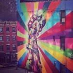 Очень красочное граффити на одном из домов в Нью-Йорке