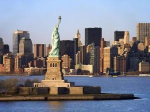 Статуя свободы на фоне манхэттена