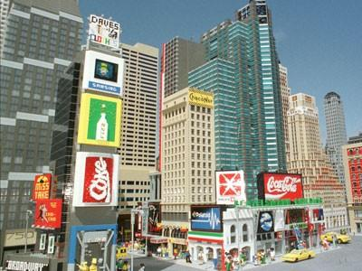 Sean Kenney - художник, создавший из детского конструктора Лего, некоторые знаменитые места и объекты Нью-Йорка. Художник тратит много времени на сооружение новых копий достопримечательностей, ведь он не просто повторяет внешний облик построек, но также наполняет их жизнью...