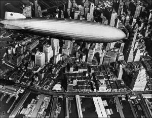 Дирижабль над улицами города