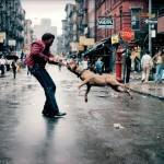 Человек с собакой в нижнем Ист-Сайде