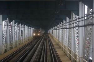 Маршрут D Нью-Йоркского метро на Манхэттенском мосте
