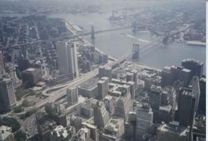 Фотография Бруклинского моста, проходящего через Ист-Ривер