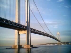 Мост Верразано находится в Манхэттене, в Даунтауне, Нью-Йорк
