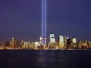 Силуэты башен в ночное время в Нью-Йорке
